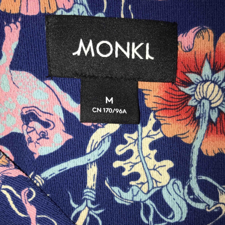 Använd en gång. Jättefin sommarblus  Från monki, köpte den för 400 tror jag, den finns inte i lager längre. Köparen står för frakt<33 . Blusar.