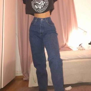 Älskar älskar älskar dessa jeans! Tyvärr inte riktigt min stil. Väldigt pösiga, stora för mig i midjan så har bara tagit en liten snodd och knutit det där bak