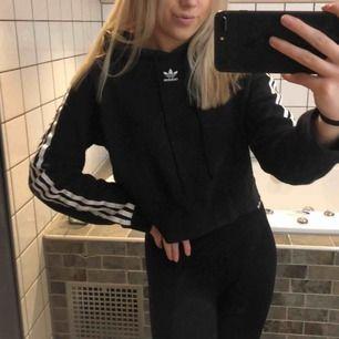 Adidas hoodie med sträck längs armarna!