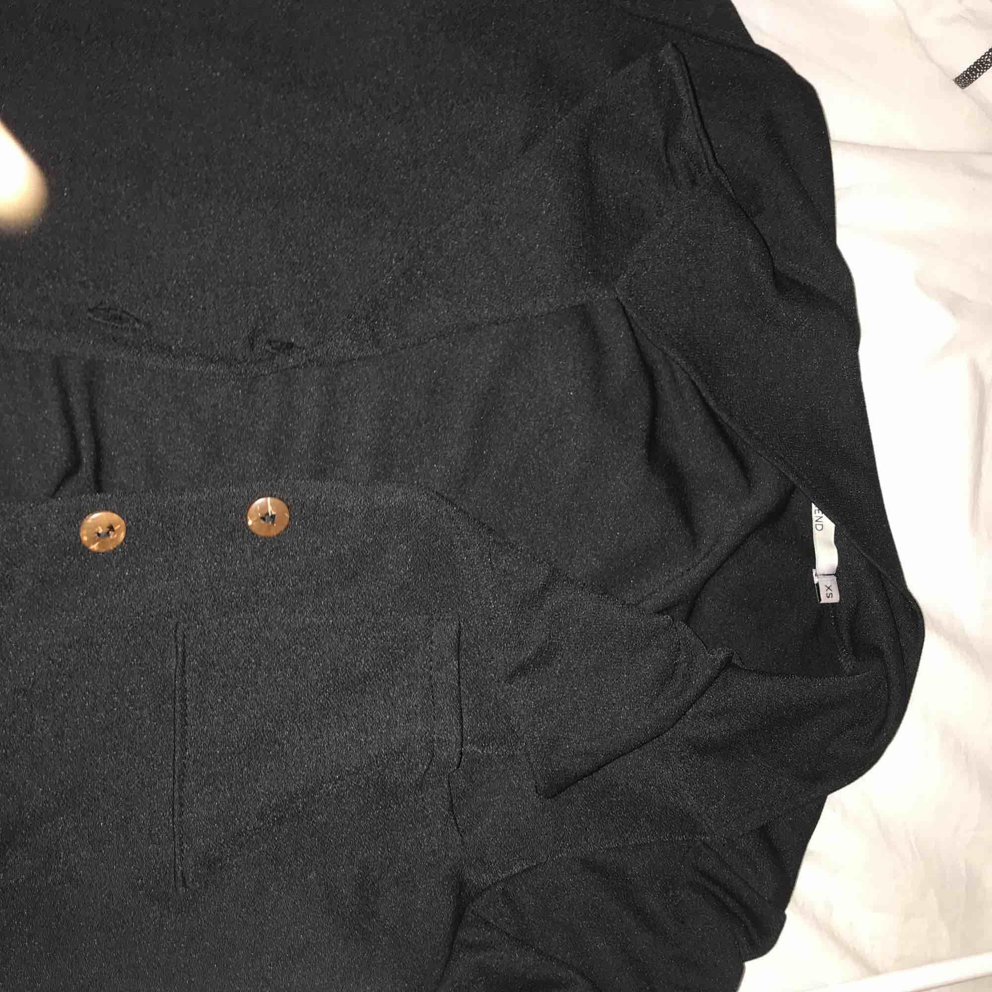 Helt oanvänd kort, svart blus i storlek XS (passar mig och jag e S). Väldigt stretchig och skön. . Blusar.