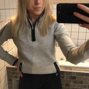 Sjukt snygg grå hoodie! Använd endast 2 gånger, nypris 900kr