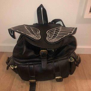 En supercool väska med snygga detaljer och massa utrymme för alla sina saker🤩😎