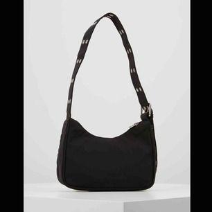 Skriv inte en längre summa! Pallar ej prut!  300kr inkl frakt!! En väska som är väldigt populär då Bianca ingrosso har samma under summerburst videos. Har aldrig använt den dock. Va inte min stil.