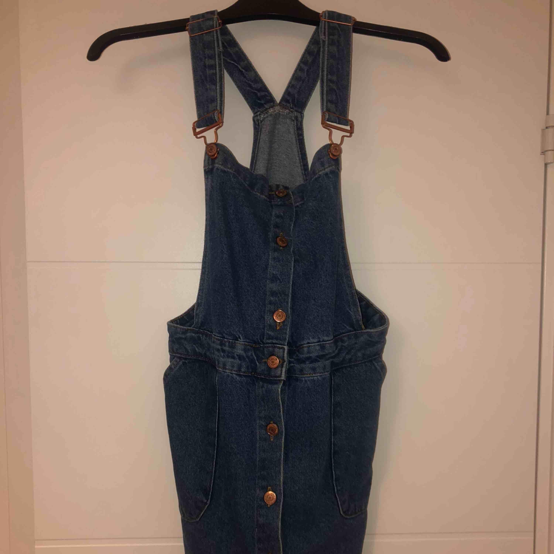 Jättefin jeans hängselklänning som knappt är använd då den är för stor för mig🙁 snygga knappar i roseguld . Klänningar.