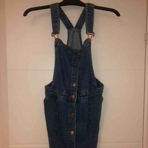 Jättefin jeans hängselklänning som knappt är använd då den är för stor för mig🙁 snygga knappar i roseguld