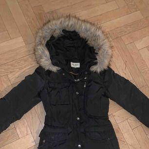 Säljer min Roco Baroco vinterjacka som knappt är använd Jackan är figurformad och har en stor fin päls till (fejkpäls) men ser ut som äkta päls. Jackan har inga skador eller märken alls, skicket är som nytt Köpt för 1849kr  Säljs för 800kr eller bud!