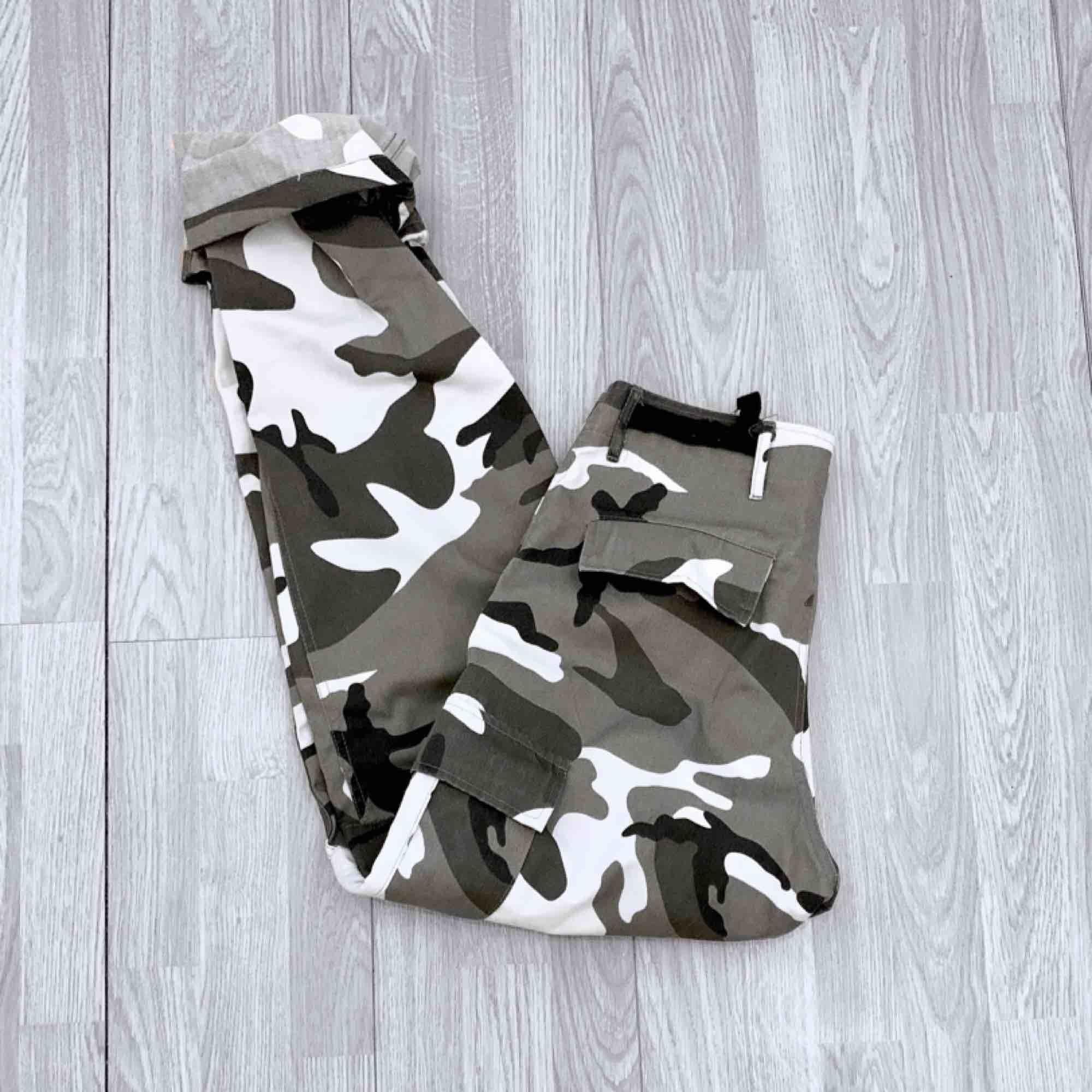 Nya grå camo byxor, står storlek S men mer som en L då de är för stora för mig med XS/S.  Möts upp i Stockholm eller fraktar. Frakt kostar 63kr extra, postar med videobevis/ bildbevis. Jag garanterar en snabb pålitlig affär!✨. Jeans & Byxor.