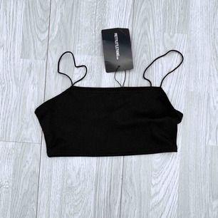 NY svart croptop från PLT storlek 34.   Möts upp i Stockholm eller fraktar.  Frakt kostar 9kr extra, postar med videobevis/bildbevis. Jag garanterar en snabb pålitlig affär!✨