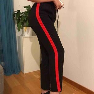 Säljer mina sjukt balla raka byxor med rött streck på sidorna av benen från Gina Tricot!!👌🏼😚