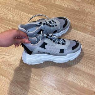 Hej 👋 säljer dessa balenciaga skorna. aldrig använda endast provade. Då de tyvärr är för små för mig storleken är 39 men funkar även till 38 så de är små i storleken så ca 38.5. Pris kan diskuteras vid snabb affär! 🌹