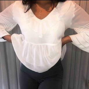 Fin vit blus som jag köpte på zara i Barcelona. Passar XS-M då den är pösig pga alla volanger.    Möts i Göteborg eller så tillkommer frakt🥰