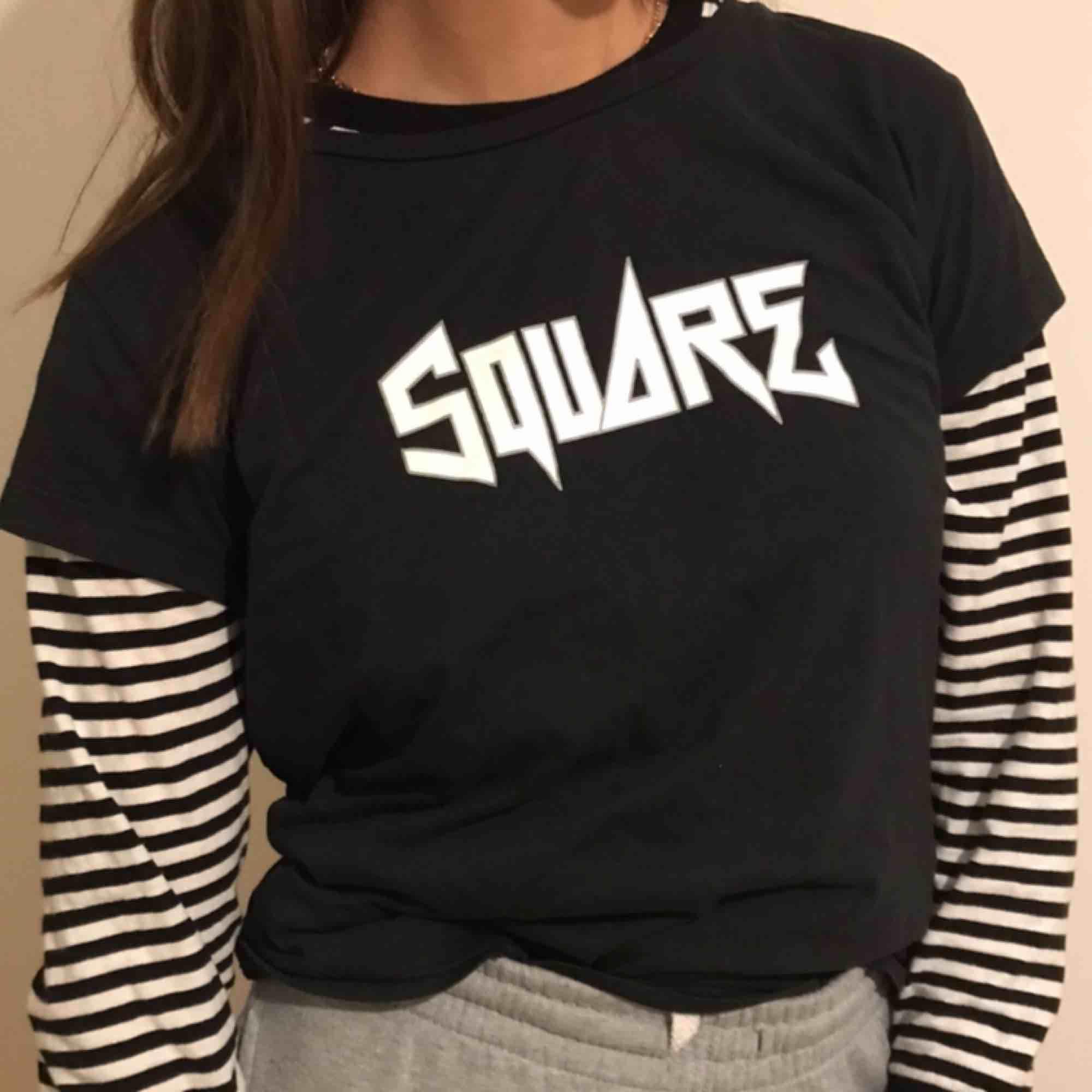 Säljer denna sjukt snygga t-shirten!!! As ball och passar själv och med tröjor under! Säljer endast t-shirten!!!!! . T-shirts.