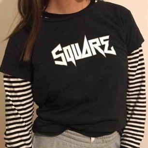 Säljer denna sjukt snygga t-shirten!!! As ball och passar själv och med tröjor under! Säljer endast t-shirten!!!!!