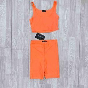 Nytt orange set från PLT storlek 36, croptop + cykelbyxor.  Möts upp i Stockholm eller fraktar.  Frakt kostar 42kr extra, postar med videobevis/bildbevis. Jag garanterar en snabb pålitlig affär!✨