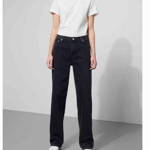 """Jeans i modellen """"rail"""" från weekday. Storlek 25, de är dock stora i storleken så passar mig som vanligtvis har storlek 27 i jeans. Kan frakta mot kostnad eller mötas❣️"""