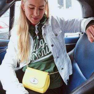 Säljer min gulaväska. Har fått den i present så vet inte var den är köpt. Liten crossbag. Man får plats med en stor telefon och lite andra småsaker som plånbok mm. Inte använd många gånger.  Köparen står för eventuell frakt 📦 🚚