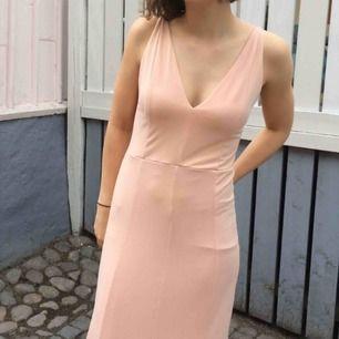 Vacker klänning från Bikbok, fina detaljer på ryggen. Perfekt till bal/avslutning 💖 Använd en gång.