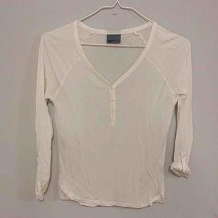 Fin vit långärmad tröja med knappar. Sitter bra på mig som vanligtvis bär S. Vid köp av flera plagg samfraktar jag, så in och kika!💕