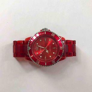 Cool röd klocka som spicear upp vilken outfit som helst! Fungerar och i fint skick. Vid köp av flera saker samfraktar jag, så in och kika!💕