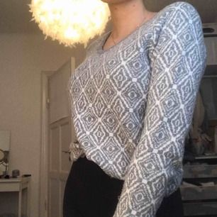 Superhärlig stickad tröja i vitt och grått mönster. Använd men i fint skick! Jättevarm och skön på vintern. Köparen betalar frakt❣️