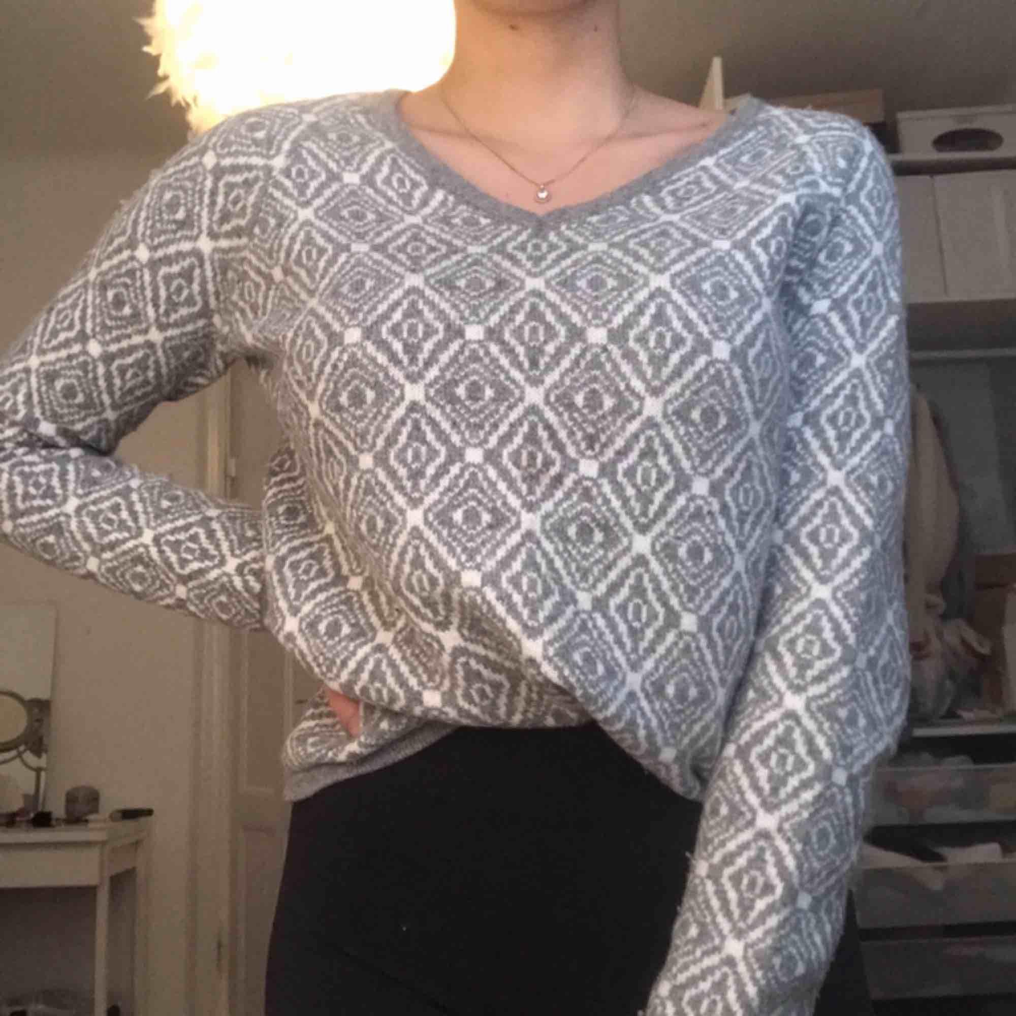 Superhärlig stickad tröja i vitt och grått mönster. Använd men i fint skick! Jättevarm och skön på vintern. Köparen betalar frakt❣️. Stickat.
