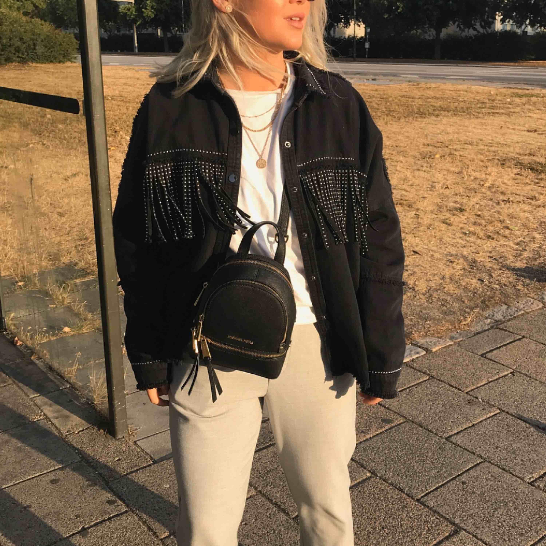 Säljes pga att den ej används längre. Lite oversized modell. Kan upphämtas i Göteborg/Lidköping, kan även skickas men då står köparen för frakt 💛. Jackor.