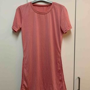 Super söt tröja med öppen slits på båda sidorna, super snyggt till ett par ljusa jeans!😍