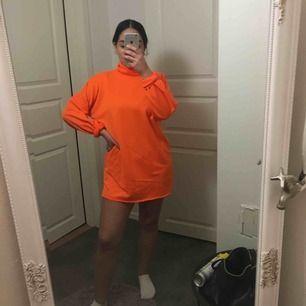 Orange sweatshirt klänning i storlek 38, bra skick. Kan tänka mig gå ner liite i pris Köparen står för frakt :)