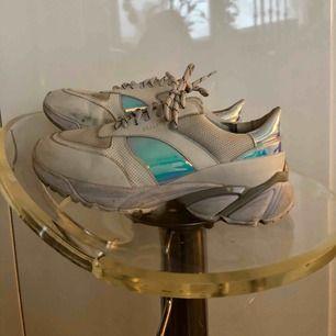 Axel arigato tech runners vita med någon fade(?) condition 7/10, 7,5/10 om man tvättar dom lite