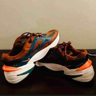 Nike m2k tekno vita, vinröda, gröna och orange detalj condition 9,5/10 använda 5-10 gånger ish