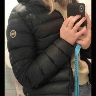 Hjälper en kompis att sälja sin Colmar jacka. Köpt för 4999kr! Pris kan sänkas, vid intresse kan fler bilder skickas.