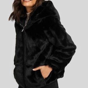 Säljer denna HELT nya hodded faux fur jacket. Prislappen sitter kvar och aldrig använd. Nypris 1000:- mitt pris: 800:- Möts gärna upp i Stockholm!