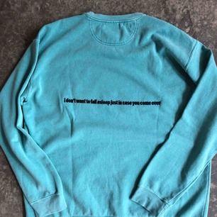 """Sweatshirt från Holiday Brand som är ett märke styrt av Nick Lenzini från Brockhampton, passar som en stor S eller liten M, perfekt skick använd 2 ggr, på baksidan står det """"I don't want to fall asleep in case you come over"""", inkl frakt"""