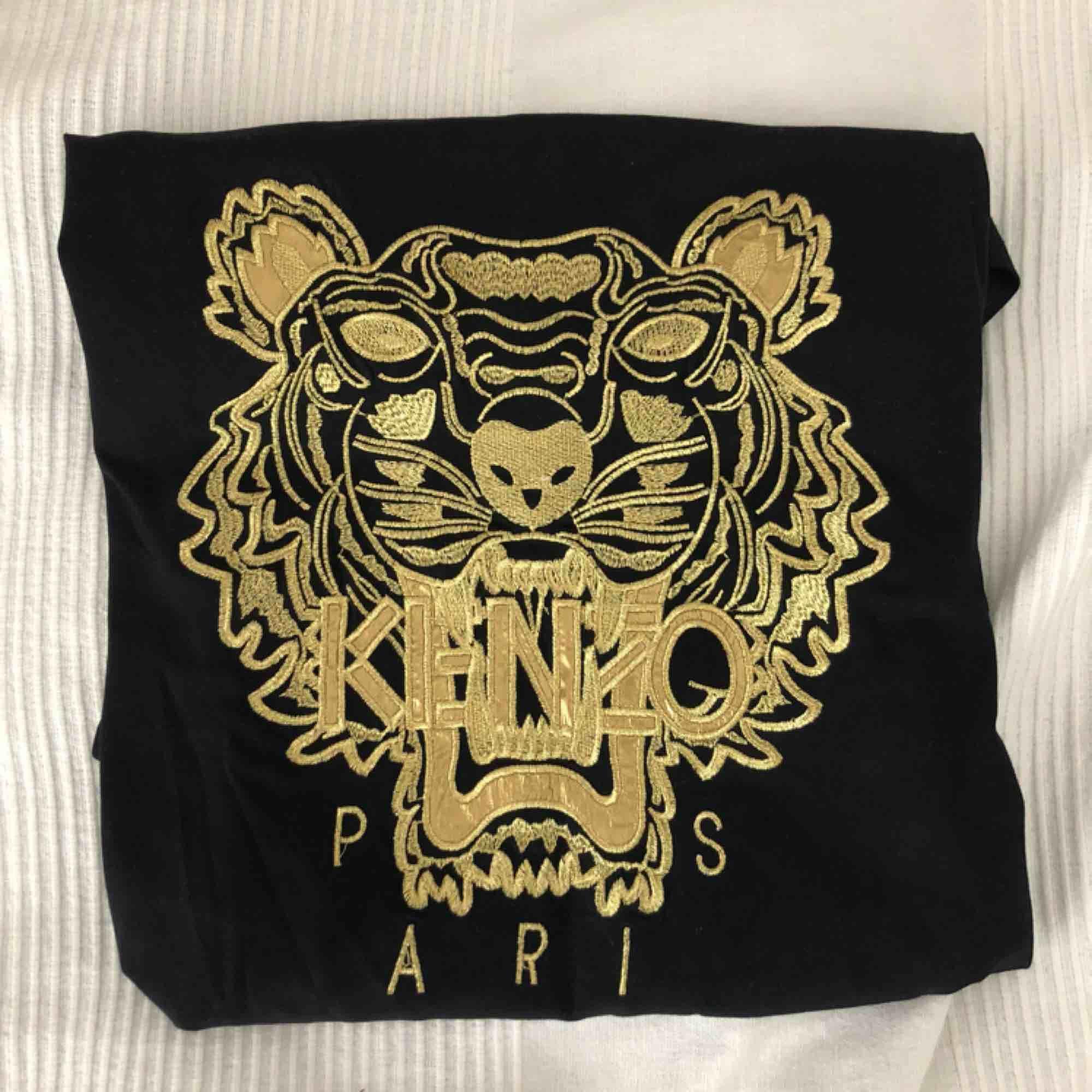 Svart kenzo tröja med guldigt tryck, nästan helt ny och i bra skick. (Äkta). T-shirts.