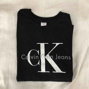 Svart ck T-shirt med vitt tryck, använd ett par gånger
