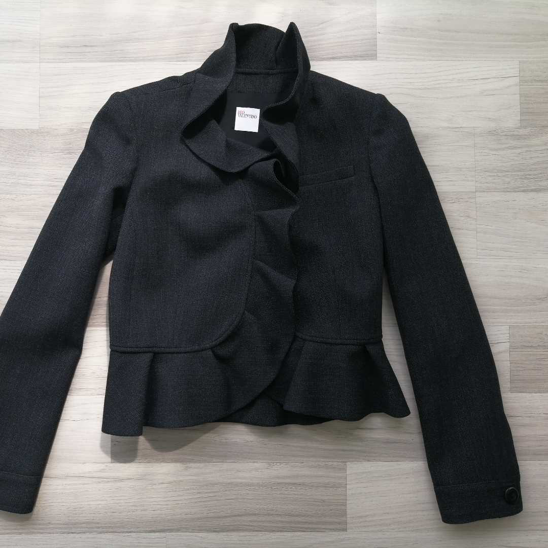 Blazer Red Valentino, worn twice, 100% authentic, size S, 48% wool, 48% viscise, black, write me for more info and pics.!!!!!  Delivery to USA, Canada, Australia No return. Jackor.