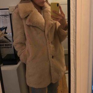 Superfin jacka från Zara köpt förra vintern, som tyvärr inte kommit till användning - därför i toppenskick!! Kan fraktas eller mötas upp i Stockholm! Köparen står för frakten