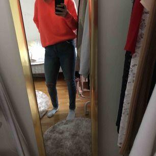 Högmidjade super stretchiga jeans från dr denim, använda, med egengjorda hål på knäna men i toppenskick säljs pga används inte löngre