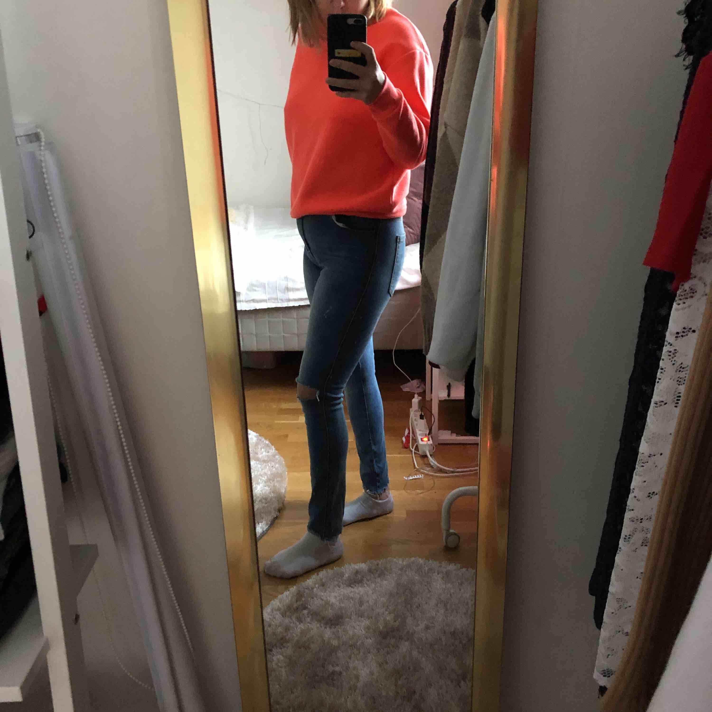 Högmidjade super stretchiga jeans från dr denim, använda, med egengjorda hål på knäna men i toppenskick säljs pga används inte löngre. Jeans & Byxor.