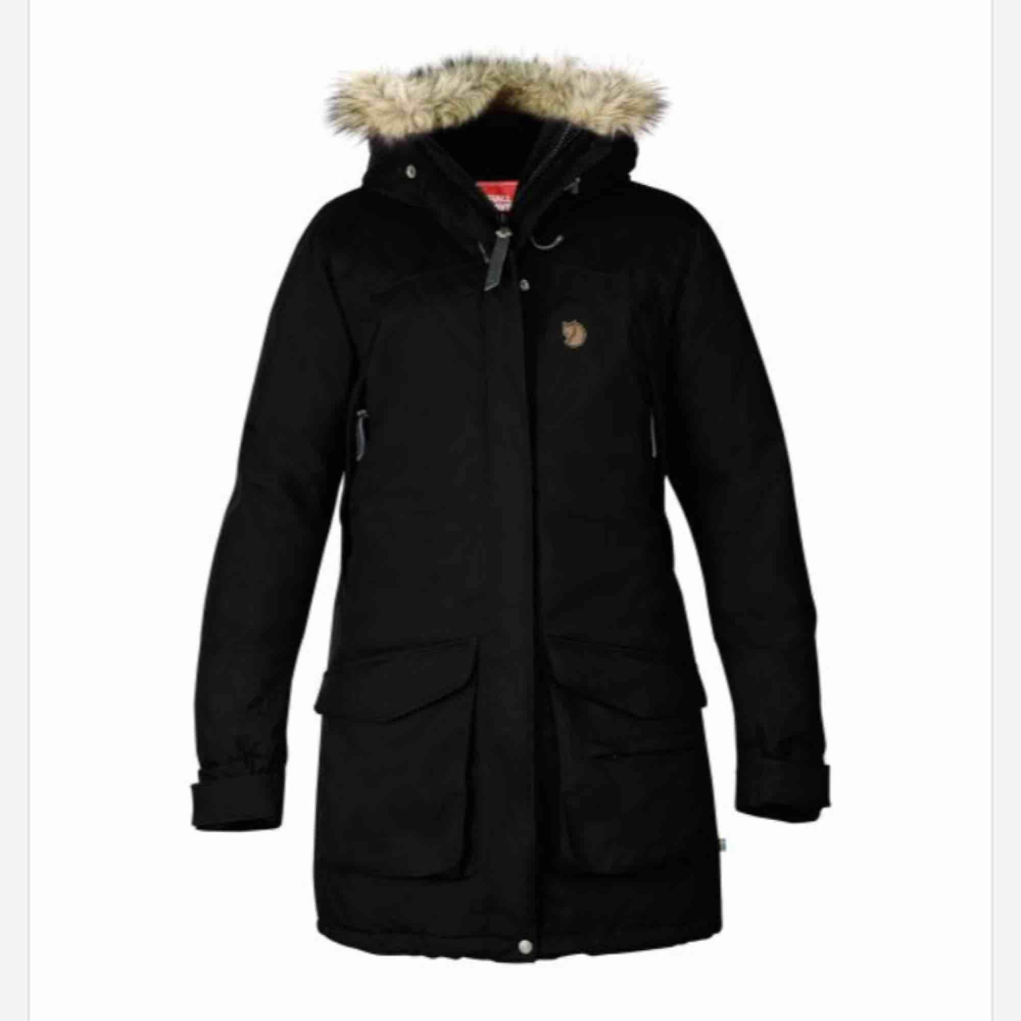 Fjällräven parka Nuuk i svart. Nypris 5000. Håller en riktigt varm under vintern. Snygg att ha till stan och praktisk för långa promenader ute i kylan. . Jackor.