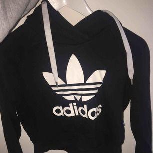 Svart lite croppad adidas hoodie! fint skick,💓 köpt för 400