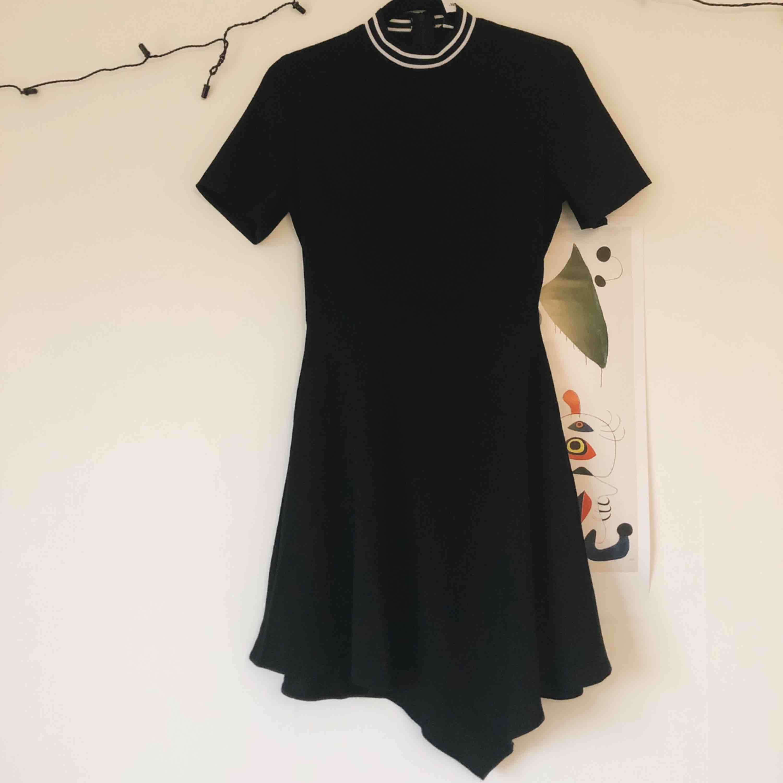 Svart enkel klänning perfekt för utgång! Har endast använt den en gång så i perfekt skikt. . Klänningar.