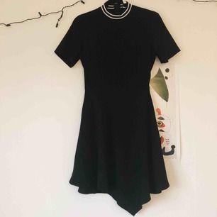 Svart enkel klänning perfekt för utgång! Har endast använt den en gång så i perfekt skikt.