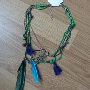Halsband i flera lager med pärlor toffsar fjädrar i grönt lila blå  Perfekt julklapp 🎄🎅