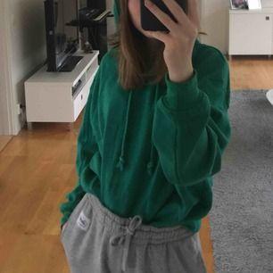 Stor och mysig grön hoodie från pull&bear!! SÅÅÅÅ SKÖN!!