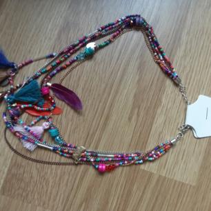 Halsband i glada färger med pärlor toffsar och fjädrar Perfekt julklapp 🎄🎅