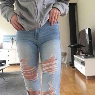 Jeans från hollister! Köptes för 500kr! Ganska gammal modell som inte finns inne längre💓✌🏼
