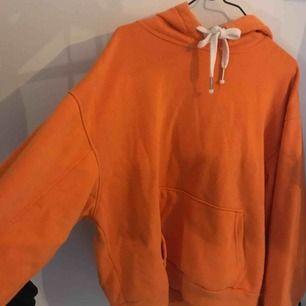 Orange hoodie från bershka 🍊🍊🍊 Superfin  och mysig hoodie med skön luva och vita band. Köpt för 350kr.