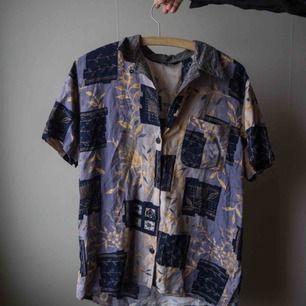 Skjorta från secondhand i Lissabon, kommer aldrig till användning. Bra skick inga slitningar!