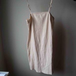Helt oanvänd klänning, prislapp kvar. Fin och mjukt material. Passar inte mig!